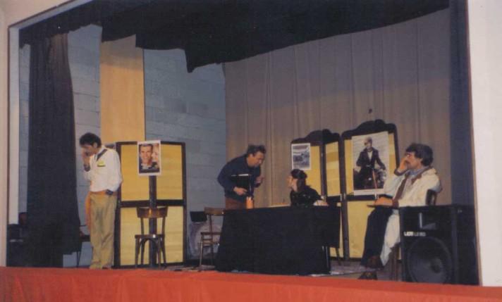 Ecco gli attori durante lo spettacolo comico dal titolo: